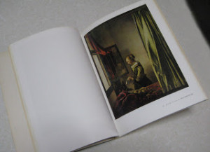「窓辺で手紙を読む女」