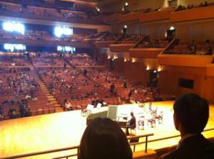 横浜みなとみらいホール内 当日、途中休憩時の様子。 初めて舞台裏側の席を取ったが、音的にはほとんど問題なかった。